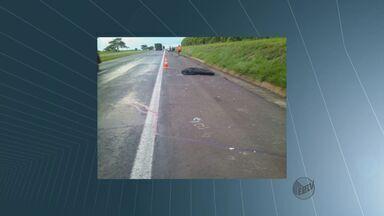 Motociclista morre ao bater na traseira de caminhão na SP-310 em Matão, SP - Motociclista morre ao bater na traseira de caminhão na SP-310 em Matão, SP