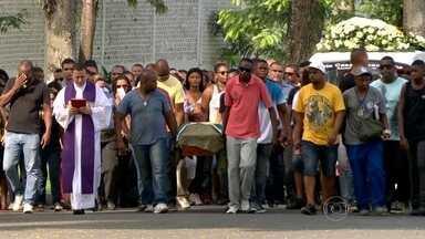 Corpo de policial morto na Cidade de Deus é enterrado - Durante o velório do cabo Rgoério Pereira da Silva, a comandante da UPP reconheceu que houve aumento da violência na região.