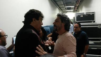 Alexandre Nero encontra Sidney Magal nos bastidores do Domingão - Ator e cantor conversaram depois da apresentação no palco