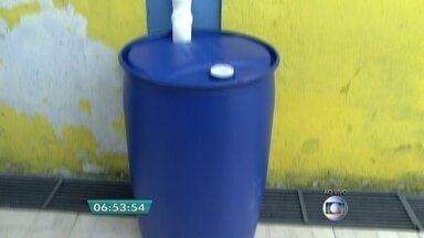 Escola usa água acumulada em cisternas para fazer a limpeza do prédio - A escola Municipal Dorina Nowill, em Americanópolis, na Zona Leste, usa cisternas para acumular a água que é captada da chuva. A água é utilizada na limpeza do prédio. O BDSP mostra iniciativas adotadas por escolas, creches e universidades para economizar água.