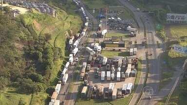 Protesto de caminhoneiros bloqueia a Fernão Dias, em Minas Gerais - Eles reclamam do preço de combustíveis.