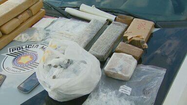 Polícia descobre ponto de tráfico com drogas em forro de apartamento em Campinas - Quinze tijolos de maconha e centenas de pinos de cocaína e crack prontos para serem vendidos foram encontrados. O adolescente apreendido foi liberado após prestar depoimento.