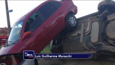 Carro fica em cima do outro após acidente - Acidente aconteceu em Curitiba.