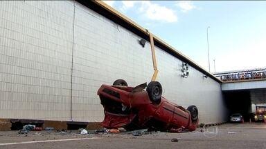 Casal é perseguido por agentes da Lei Seca no DF - Na fuga, o motorista perdeu o controle da direção e o carro da dupla caiu de uma altura de 7 metros. Os dois foram resgatados apenas com escoriações leves. Durante o atendimento no hospital, eles conseguiram fugir.