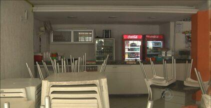 Bandidos fazem arrastão em pizzaria em Campina Grande - Os assaltantes renderam funcionários e roubaram dinheiro e pertences dos clientes.