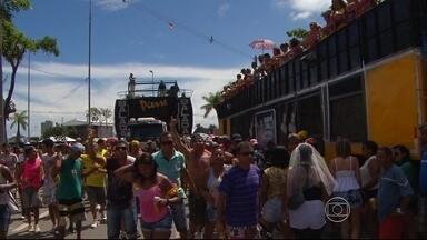 Camburão da Alegria leva multidão ao centro do Recife - Outras festas e blocos animaram o fim de semana no Grande Recife.