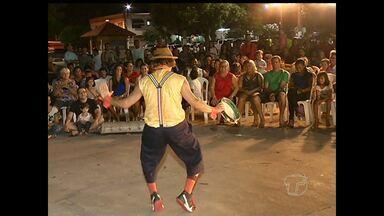 Espetáculo 'Circo do só eu' é realizado na praça Barão de Santarém - Apresentação foi feita pelo grupo paulista Barracão Teatro.