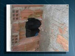 Homem entra em casa lotérica por buraco na parede, mas é flagrado pela PM no local - Homem entra em casa lotérica por buraco na parede, mas é flagrado pela PM no local