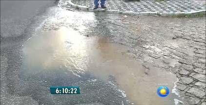 Mais um caso de desperdício de água é flagrado em João Pessoa - Dessa vez um vazamento causou alagamento em rua do bairro Tambiá.