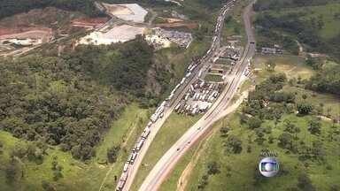 Caminhoneiros protestam contra aumento do diesel e fecham pistas da BR-381 em Igarapé - A manifestação acontece também em outras rodovias pelo país. No início da tarde, o congestionamento chegava a 17 quilômetros na Região Metropolitana de Belo Horizonte.