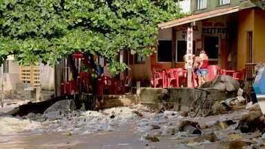 Orla de Ponta da Fruta é destruída por maré alta em Vila Velha, ES - Moradores e comerciantes estão preocupados com erosão.Árvores que foram derrubadas permanecem caídas na praia.