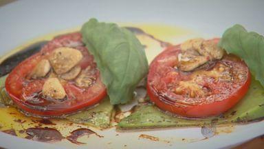 "'Prato Feito' ensina receita de aperitivo com queijo holandês e tomates - No ""Prato Feito"" desta segunda (23), Fernando Kassab ensina receita de aperitivo com queijo holandês e tomates."