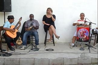 Cantora Aline Chiaraida se apresenta no projeto 'Samba de Quintal', em Mogi das Cruzes - O 'Samba de Quintal' é realizado todos os domingos, às 16h, no Casarão da Mariquinha.