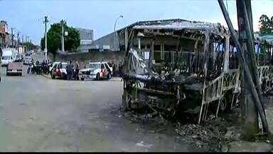Reintegração de posse termina em protesto violento em Guarulhos - Durante a manifestação, vândalos incendiaram dois ônibus na rua manuel isidoro martins, no bairro Bela Vista.