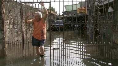 Vila Itaim ainda possui ruas alagadas - Depois de uma semana da enchente na Vila Itaim, zona leste da capital, o bairro ainda tem rua alagada. E agora os moradores vão ter que gastar muita água pra limpar tudo.