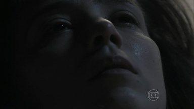 Cora morre após 'amar' Zé Alfredo - A tia de Cristina delira e sonha que está se despedindo do Comendador