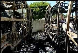 Três ônibus de turismo pegam fogo em Rio das Ostras, no RJ - Incêndio aconteceu na noite deste domingo (22), no bairro Nova Esperança.Bombeiros ainda não sabem o que causou as chamas; ninguém ficou ferido.