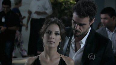Enrico tenta se reaproximar de Maria Clara - Vicente fica incomodado com a situação