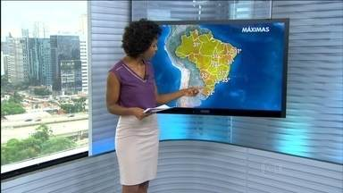 Cheia de rios deixa municípios em situação de emergência no Amazonas - Ao todo, seis cidades foram afetadas com a cheia dos rios da região Norte. Ainda há mais sete municípios em estado de alerta. Nesta quinta (25), a máxima é de 24°C em Brasília, 32°C em São Paulo e 35°C no Rio.
