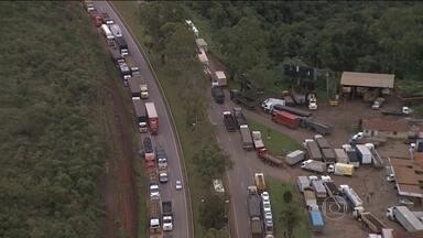Protestos de caminhoneiros se espalham pelo país - Ao todo, 13 estados registraram bloqueios em rodovias nesta terça-feira (24). Algumas estradas começaram a ser liberadas por determinação da Justiça. Os protestos já começam a afetar o abastecimento em várias regiões.