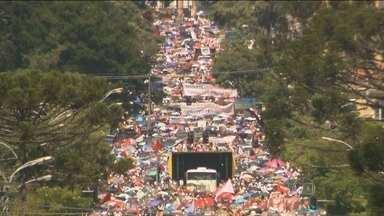 Manifestante se reúnem no centro de Curitiba em apoio aos professores estaduais - A passeata reuniu professores e servidores estaduais que estão em greve. A marcha terminou em frente à sede do governo do estado, onde manifestantes estão acampados desde o início da paralisação.