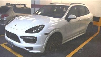 Justiça Federal determina que juiz Flávio Roberto de Souza devolva bens de Eike Batista - O juiz foi visto dirigindo um Porsche de meio milhão de reais que tinha mandado apreender. No prédio dele, estavam guardados dois carros de Eike Batista.