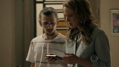 Cristina fica chocada com conteúdo de vídeo de Cora - Otoniel apaga o vídeo e convence Cris a esquecer o assunto