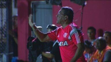 Luxemburgo reclama, e árbitro pede calma ao técnico do Flamengo - Luxemburgo reclama, e árbitro pede calma ao técnico do Flamengo