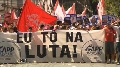 Professores em greve há quase 20 dias negociam com o governo do PR - Uma grande manifestação tomou as ruas de Curitiba na quarta-feira (25).