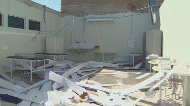 Depois de um ano, Prefeitura de Mogi Guaçu começa a retirar os escombros de uma UPA - Prefeitura de Mogi Guaçu (SP) precisou de uma autorização judicial para iniciar a retirada dos escombros. Em fevereiro do ano passado uma forte chuva com vento derrubou parte da estrutura do prédio.