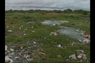 Avenida do Rio Corrente, em Petrolina, está cheia de problemas - O local está com entulho, mato, lixo, esgoto, falta de calçamento e iluminação.