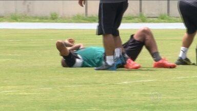 No treino do Botafogo, Bill sente dores na coxa e vira dúvida para o clássico contra o Fla - No treino do Botafogo no Maracanã, espião do adversário é retirado da torcida