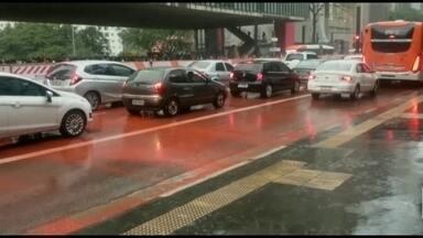 Tinta da ciclovia escorre e deixa Avenida Paulista vermelha - A tinta deveria pintar a ciclovia que está sendo feita no canteiro central da avenida. Mas com a chuva, a tinta escorreu e deixou um trecho da Paulista vermelho.