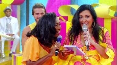 Glória Maria presenteia Regina com homenagem de Roberto Carlos - Rei parabeniza a apresentadora e todos cantam 'Emoções'