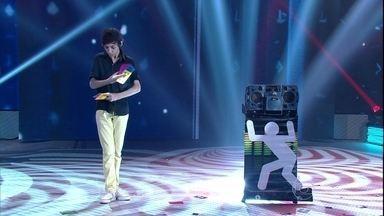 Seback, o mágico de apenas 14 anos, animou a plateia do Domingão - O menino mostrou habilidade com as cartas