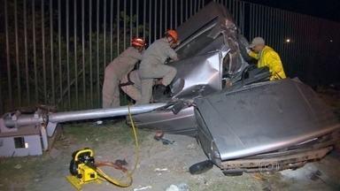 Acidente de carro mata duas pessoas na Barra da Tijuca - A batida foi na Avenida das Américas, em direção à Zona Sul. O carro onde estavam duas pessoas ficou totalmente destruído. Um poste foi arrastado por 15 metros.