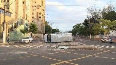 Van capota ao ser atingida por ônibus em cruzamento de Vitória, ES - Acidente aconteceu na avenida Leitão da Silva e César Hillal.Motorista da Van recebeu os primeiros atendimentos do Samu na pista.