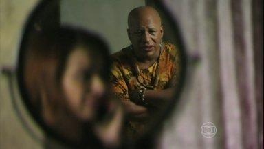 Xana ouve Antônio dizer para Naná que se atrasará para reunião - Manicure se prepara para encontro com diretora da casa de acolhimento