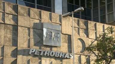"""Petrobras venderá mais bens e cancelará mais projetos após ser rebaixada - Estatal aumentou agora a chamada """"previsão de desinvestimentos"""". Cerca de US$ 13,7 bilhões não serão mais investidos em dois anos."""