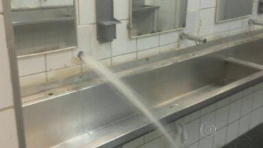 Passageiro registra vazamento de água em estação de trem da CPTM - A água jorrava do cano de um dos banheiros da estação Brás. No lugar também havia um aviso informando que parte do banheiro não poderia ser usada por falta de água.