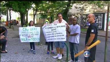Pais de alunos do Colégio de Aplicação da UFRJ promovem faxina como protesto - O ato simbólico acontece na manhã desta terça-feira (3). Desde o dia 26 de janeiro, apenas 90 estudantes voltaram às aulas.