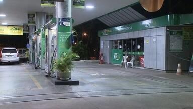 Posto de gasolina no Eixinho, no DF, é assaltado - O crime ocorreu na noite de segunda-feira (2). De acordo com o frentista, o estabelecimento foi assaltado três vezes em um ano. Foram levados R$ 190 e o celular de um funcionário do posto de gasolina.