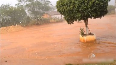 Chove granizo na cidade de Monte Santo, no nordeste baiano - De acordo com moradores, a chuva durou cerca de 10 minutos. A previsão é que continue chovendo na região nesta semana.