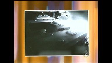 Imagens mostram início de incêndio que destruiu 14 veículos em Pardinho - A Polícia Civil mandou para o Instituto de Criminalística as imagens do circuito interno da garagem da prefeitura de Pardinho que mostram o início do incêndio que destruiu 14 veículos.