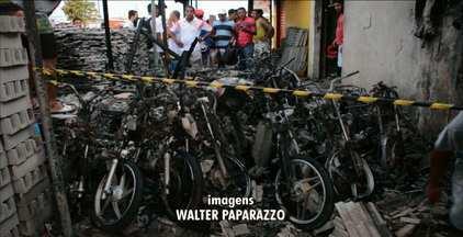 Fogo destrói motos e donos desconfiam de incêndio criminoso em João Pessoa - As motos estavam estacionadas juntas em Mangabeira.