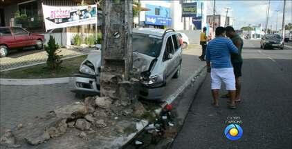 Ambulância se envolve em acidente na principal avenida dos Bancários, em João Pessoa - O outro veículo acabou subindo na calçada e batendo em um poste.