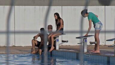 Moradores estão usando piscina do Complexo do Verdão em Cuiabá - Moradores estão usando piscina do Complexo do Verdão em Cuiabá