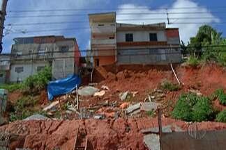 Imóvel do Jardim Aeroporto III, em Mogi das Cruzes, começa a ser demolido - A casa corria risco de desmoronar.