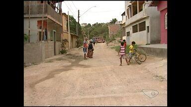 Calendário do ESTV: Moradores de Mataraízes pedem calçamento de rua , no ES - Moradores do bairro Santa Rita pedem calçamento há mais de 15 anos.
