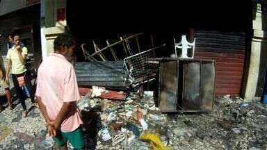 Incêndios destroem lojas de CDs e de confecção no Centro de Fortaleza - Primeiro ocorreu às 19h30 em loja de CD na Galeria Pedro Jorge. Depois, o incêndio atingiu uma loja de confecção na Rua General Sampaio.